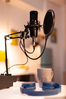 Zoomen op professionele microfoon in vlogger thuisstudio