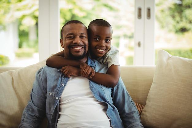 Zoon die zijn vader thuis omhelst