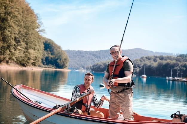 Zoon en vader bonden tijdens het vissen op de steiger