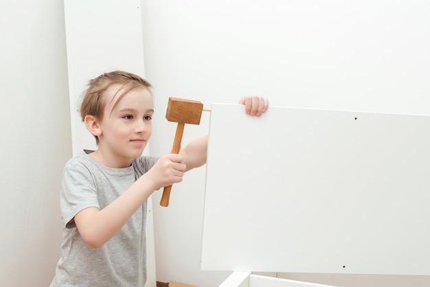 Zoon helpt zijn vader om thuis nieuwe meubels te monteren.