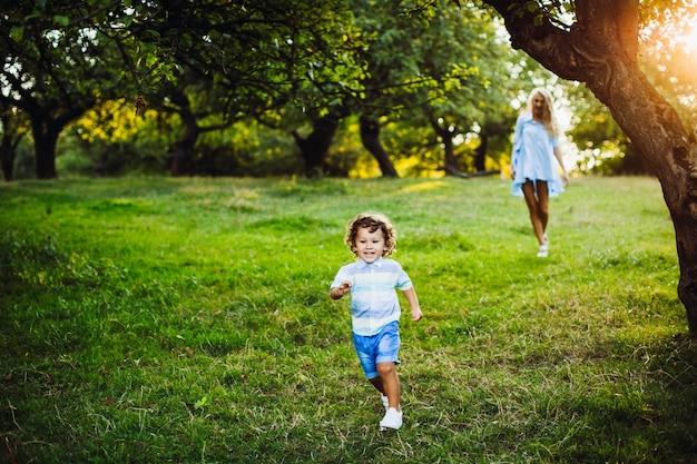 Zoon jongen blauwe zomer licht
