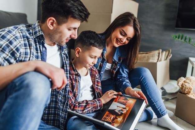 Zoon kijkt naar fotoalbum met moeder en vader bruiloft