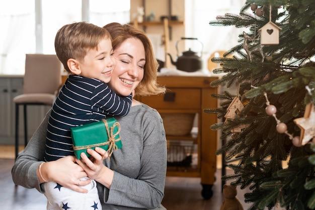 Zoon knuffelen moeder na ontvangst aanwezig