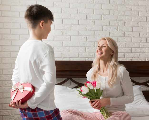 Zoon verrast zijn moeder
