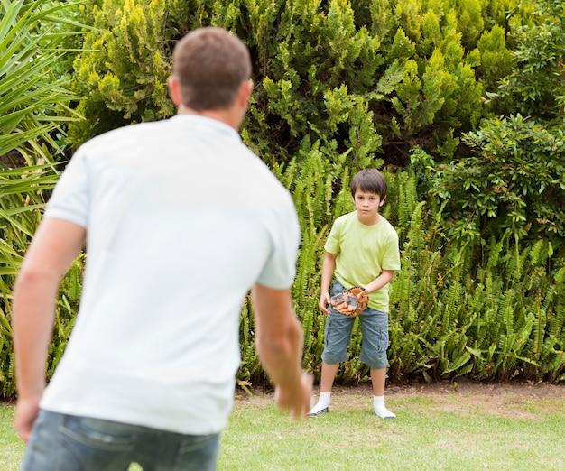 Zoon voetballen met zijn vader