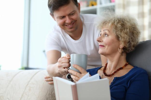 Zoon zorg voor bejaarde moeder