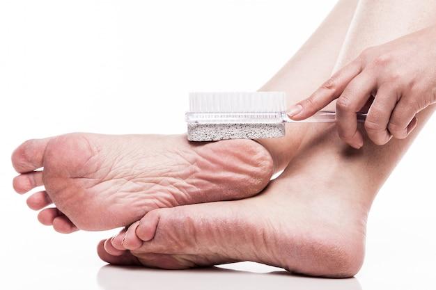 Zorg voor een droge huid op de goed verzorgde voeten en hielen met de hij