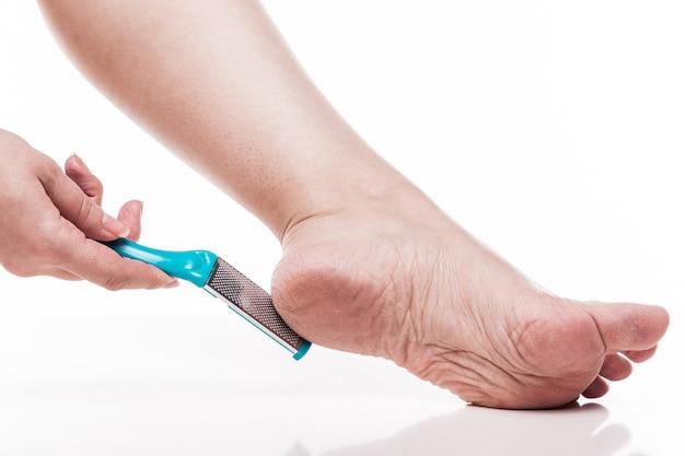 Zorg voor een droge huid op de goed verzorgde voeten en hielen