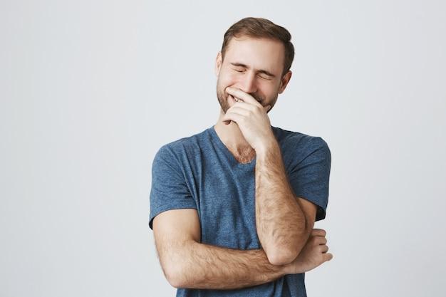 Zorgeloos gelukkig man lachen over grap