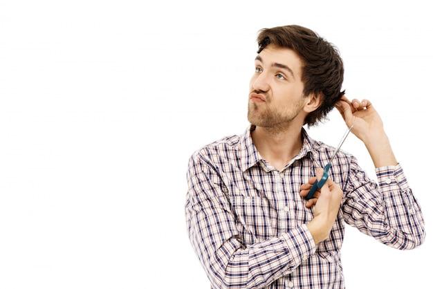 Zorgeloos onbezorgd man knippen eigen haar