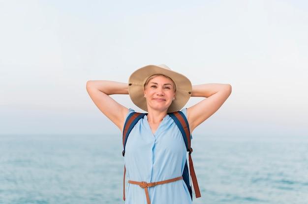 Zorgeloos oudere toeristische vrouw op het strand