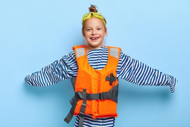 Zorgeloos roodharig meisje poseren in haar zwembad outfit