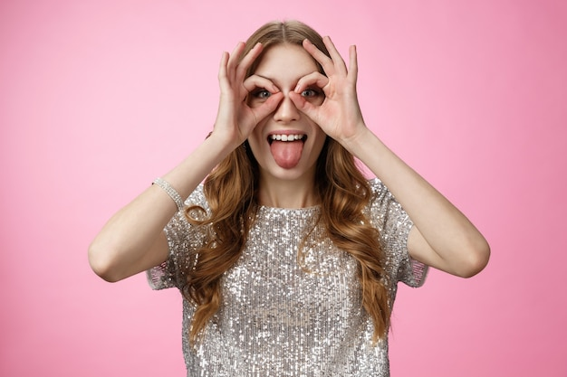 Zorgeloos speels grappig jong feestmeisje dwaas rond met tong onvolwassen nabootsen maak bril f...