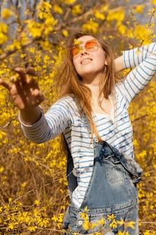 Zorgeloos vrouw in de natuur poseren in bloem veld