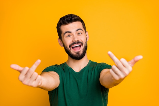 Zorgeloze man laat een beledigend teken zien, voelt zich gek