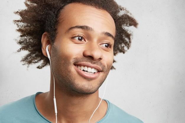 Zorgeloze slimme student met borstelharen, afro-kapsel,