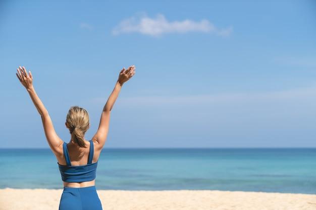 Zorgeloze vrouw op het strand. strand zomervakantie vakantie.