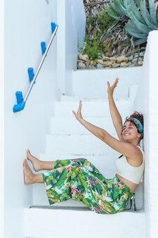 Zorgeloze vrouw op tropische vakantie in trappen. vrouw op het strand op spaanse reisbestemming.