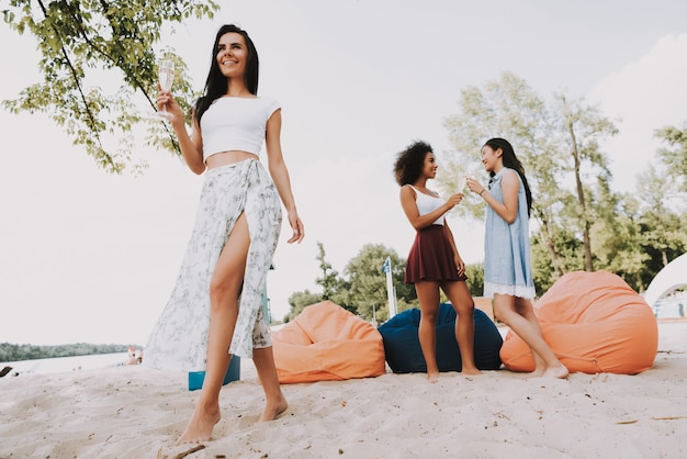 Zorgeloze vrouwen drinken cocktails summer beach party.