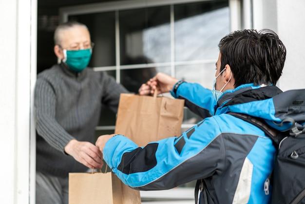 Zorgen voor ouderen tijdens een pandemie door ze te verstrekken