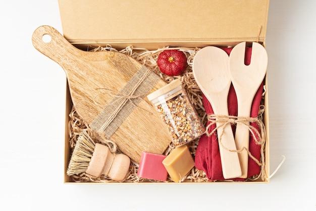 Zorgpakket voorbereiden, seizoensgebonden geschenkdoos met plasticvrij keukengerei zonder afval.
