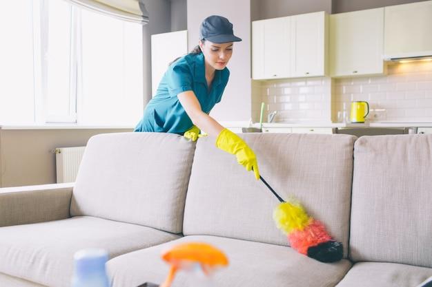 Zorgvuldige en geconcentreerde reiniger werkt in appartement