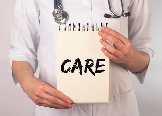 Zorgwoord, inscriptie in handen van de dokter. medisch concept.