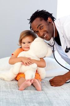 Zorgzame jonge dokter met schattig meisje