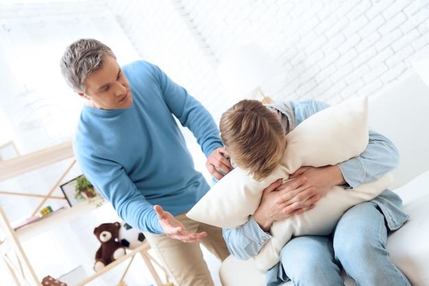 Zorgzame vader probeert met zijn zoon te praten.