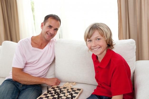Zorgzame vader schaken met zijn zoon