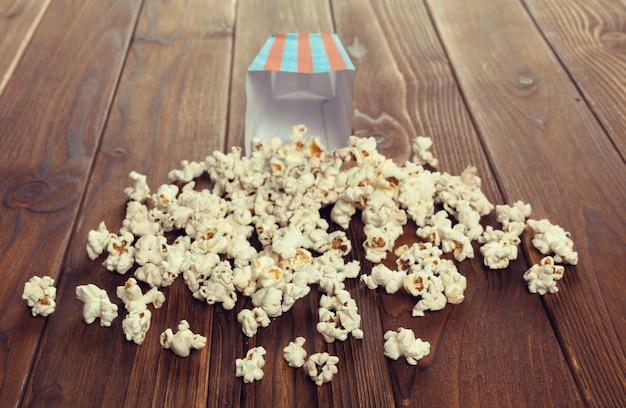 Zout popcorn op de houten tafel