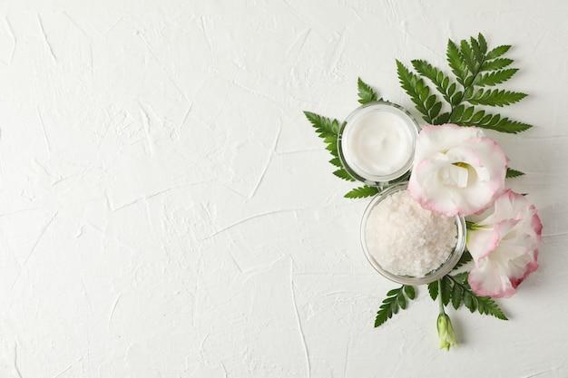 Zout, room en bloemen op een witte achtergrond, ruimte voor tekst