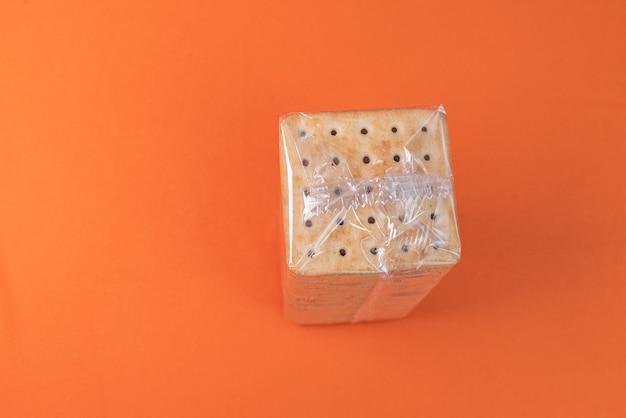 Zoutcrackers op de oranje achtergrond Gratis Foto