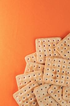 Zoutcrackers op de oranje tafel