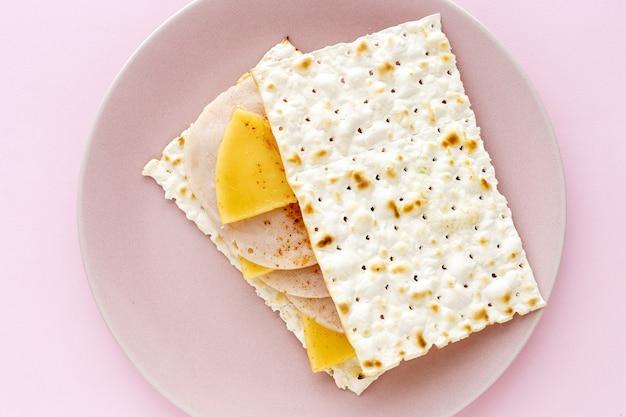 Zoute crackers met kip, kaas en paprika