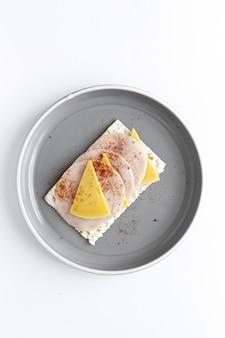 Zoute crackers met worst kip, kaas en paprika van bovenaf
