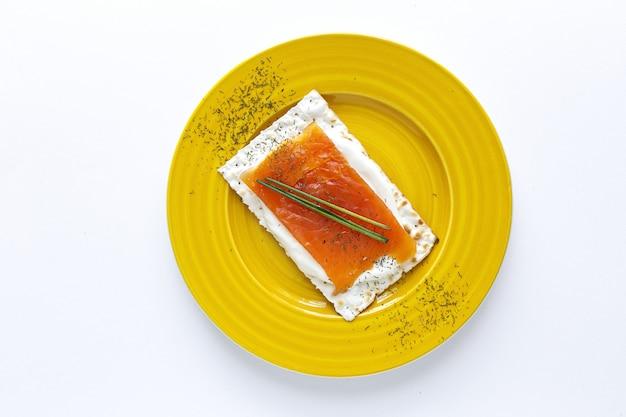 Zoute crackers met zalm en kaas van bovenaf