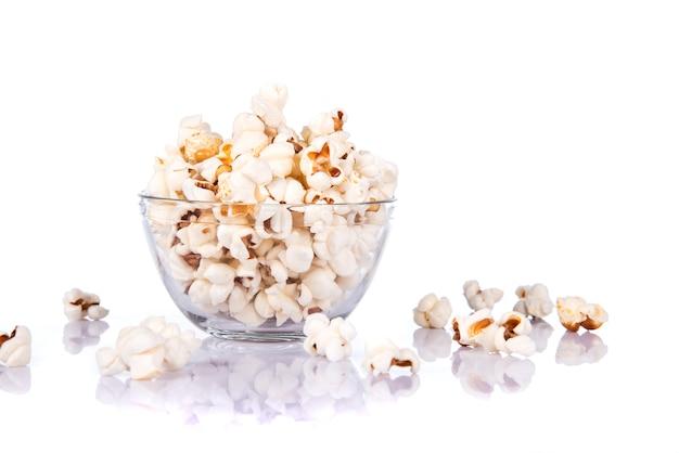 Zoute popcorn in kom op witte achtergrond