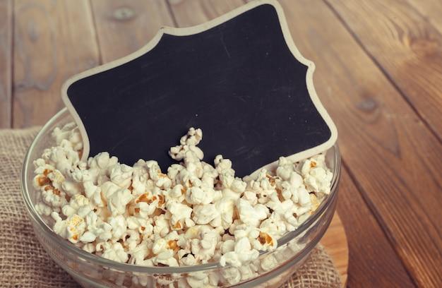 Zoute popcorn op de houten tafel