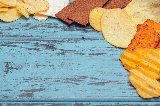 Zoute snacks. pretzels, chips, crackers. ongezonde producten