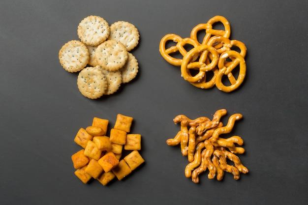 Zoute snacks. pretzels, chips, crackers