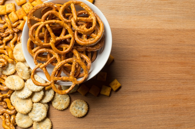 Zoute snacks. pretzels, chips, crackers