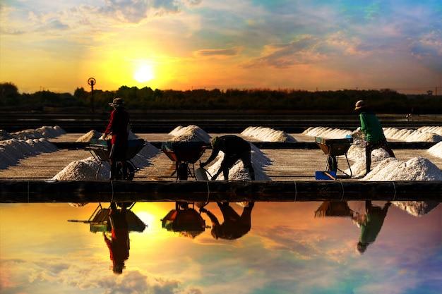 Zoute stapel in de zoute pan in de plattelandsgebieden van thailand bij zonsopgang