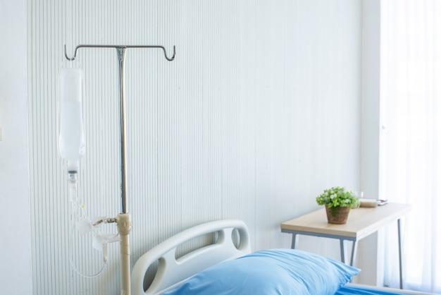 Zoutflessenhanger in de ziekenhuiskamer