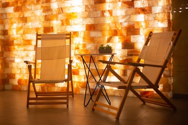 Zoutkamerinterieur met fauteuils en zoutblokmuur in spa