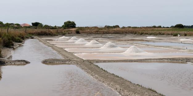Zoutmoeras met ruw zout in vendee-eiland noirmoutier frankrijk