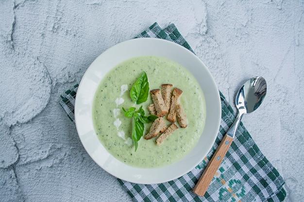 Zucchini puree soep en basilicum