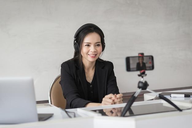 Zuidoost-aziatische zakenvrouw of docent-leraar doet videoconferentiegesprekken op een laptopcomputer
