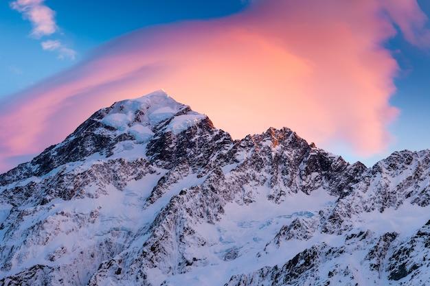 Zuidwand van aoraki mount cook en nazomi bedekt door een lensvormige wolk bij zonsopgang