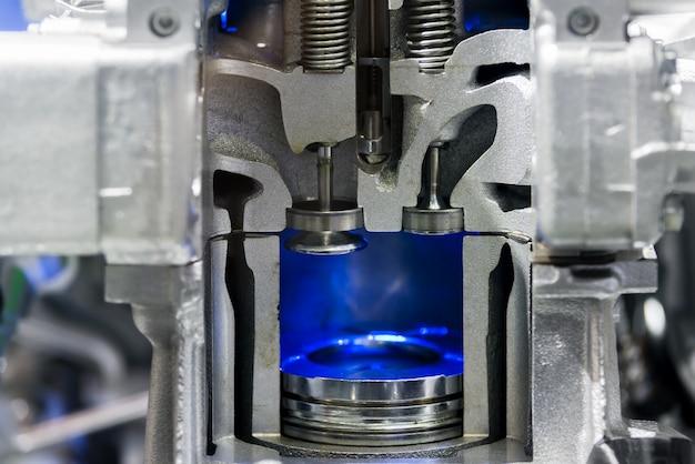 Zuiger dieselmotor bij dwarsdoorsnede in auto. sluit omhoog bij zuiger.
